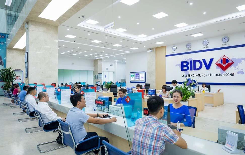 Chuyển khoản qua ngân hàng khi thực hiện giao dịch với cơ quan bảo hiểm xã hội Quận Bình Tân.