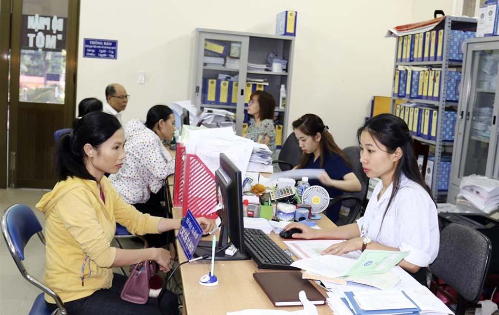 Người dân nộp hồ sơ tham gia BHXH và giải quyết các vấn đề liên quan đến BHXH